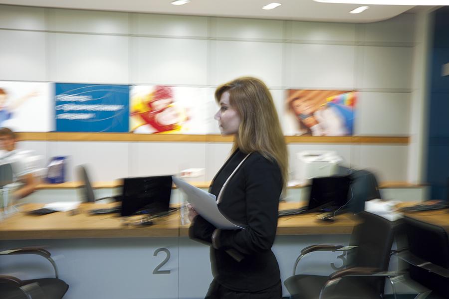 Фото интерьера офиса Юниаструм банк. Люди